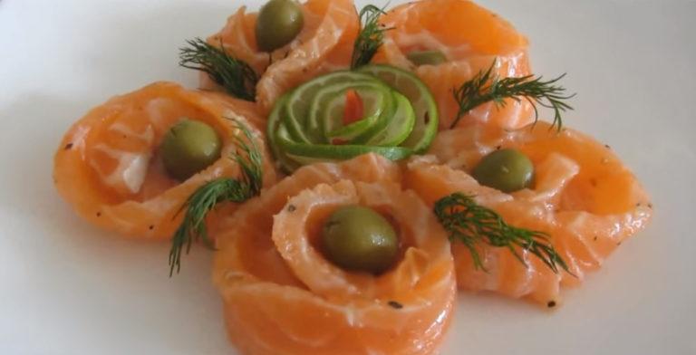 Полоски рыбы свернуть колечками, украсить оливками, лимоном, зеленью и подавать…