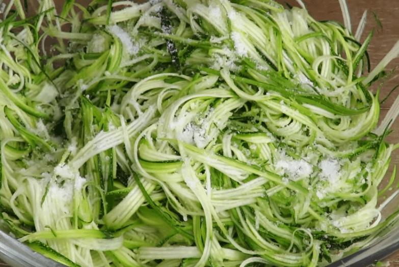 Молодые кабачки натереть на специальной тёрке для корейской моркови по…