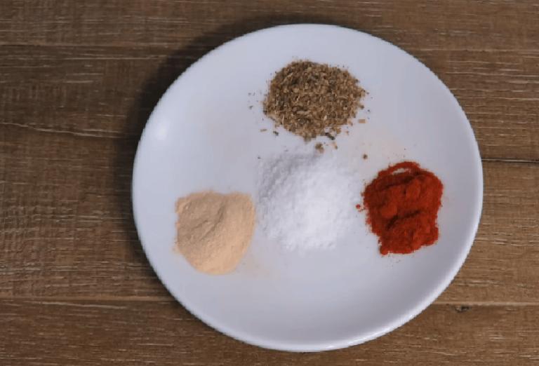 Подготовим специи. Орегано, паприку, соль и сушёный чеснок. Но вы…