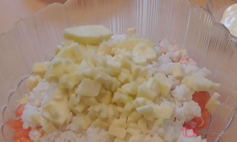 Все ингредиенты соединить, добавить рис, майонез. Подсолить и поперчить по…