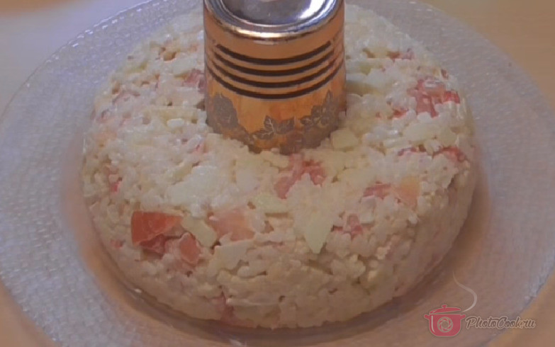 В центр блюда поставить банку или широкий стакан. Выложить салат…