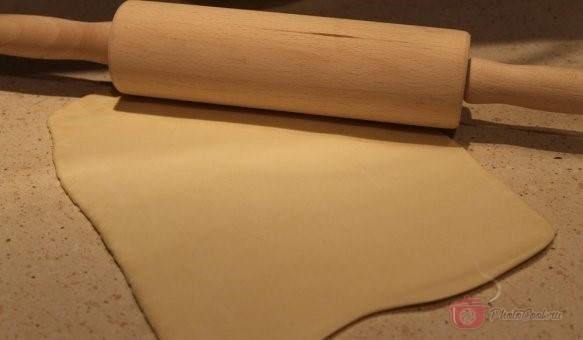 Раскатываем тесто (если было замороженное, предварительно разморозить) в пласт, толщиной…