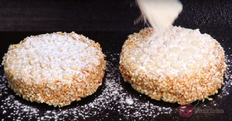 Готовые печеньки слегка присыпать сахарной пудрой, и чтобы подчеркнуть рисунок…