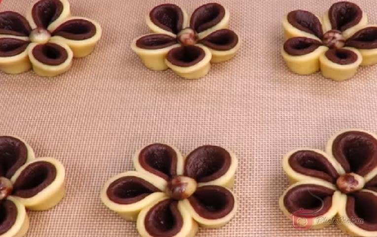 При помощи скребка для теста перенесём каждый цветок на противень.…