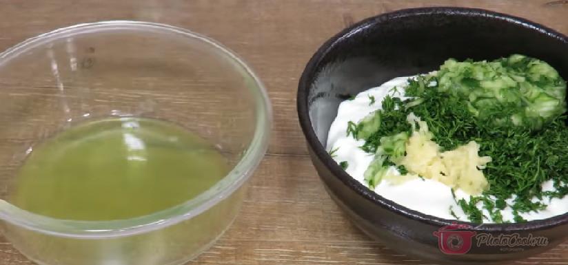Берём густой йогурт, в него кладём мелко нашинкованный укроп и…