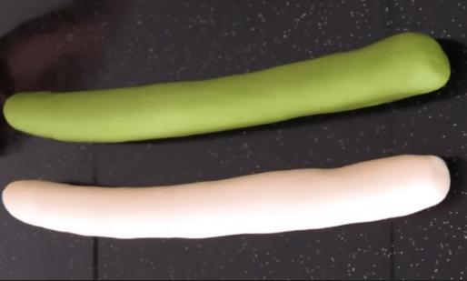 Из теста надо скатать 2 жгута, белый и зелёный, примерно…