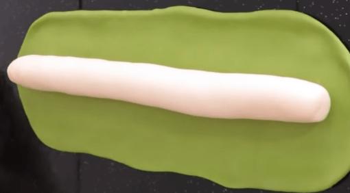 Зелёный жгут надо раскатать слегка скалкой до прямоугольной формы, не…