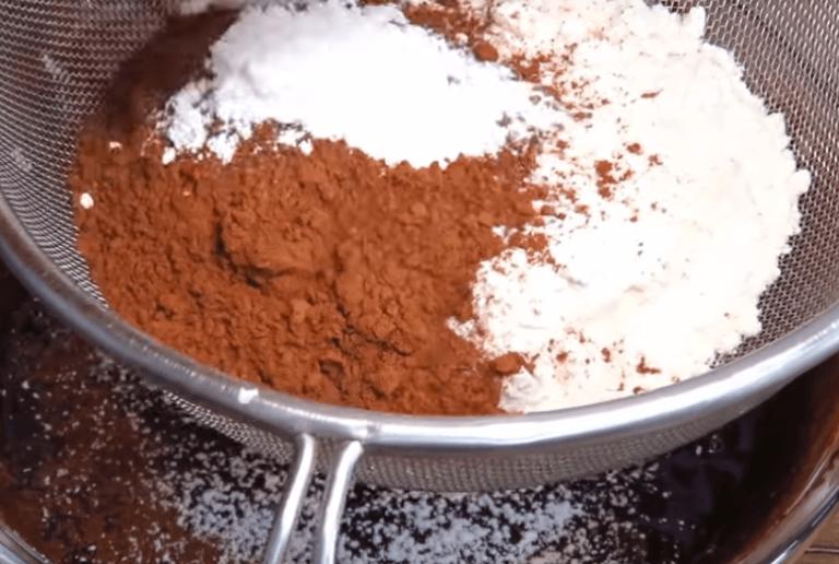 Теперь в массу просеиваем муку, какао и разрыхлитель. Всё это…