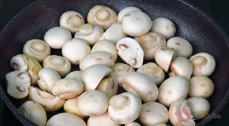 На сковороду налить немного масла для обжарки грибов. Грибочки лучше…