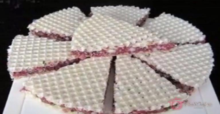 Затем нарезать острым ножом, как пиццу или торт — треугольными…