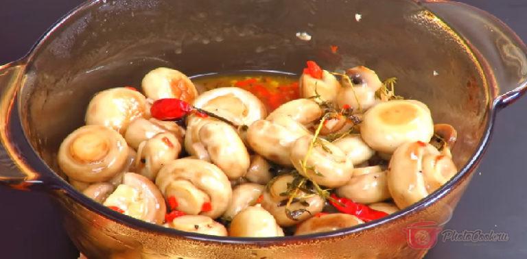 В горячем виде грибы переложить в наш маринад, в кастрюльку.…