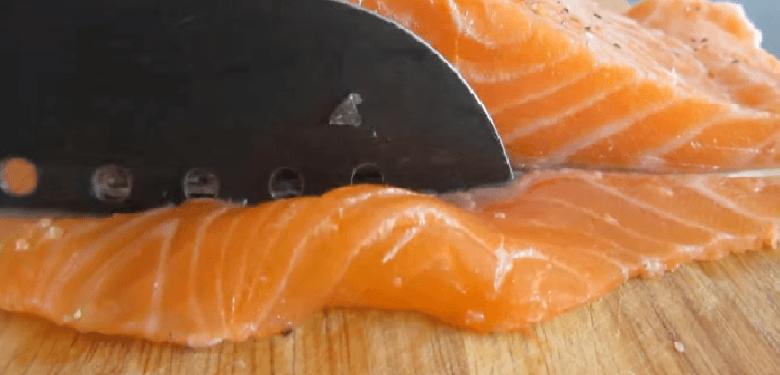 Рыбу лучше всего нарезать на тонкие полоски.