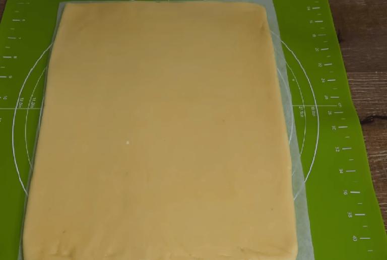 Чтобы тесто не прилипало и было удобнее положите сверху на…