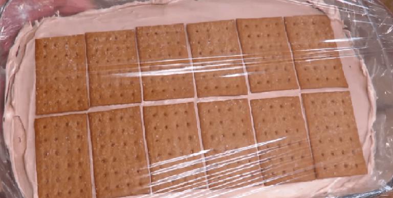 На сливки выкладываем печенье и накрываем форму пищевой плёнкой. Отправляем…