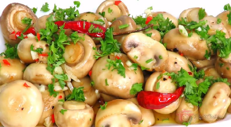 Перед подачей на стол выложить грибы на тарелку и украсить…