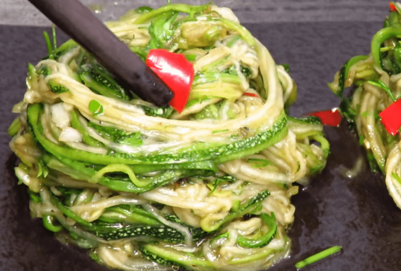 Подавать такие кабачки лучше как гнёзда спагетти. Удобно свернуть их…