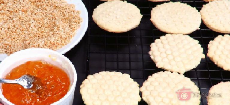 Когда печенье остыло, можно приступать к его оформлению. Потребуется любой…