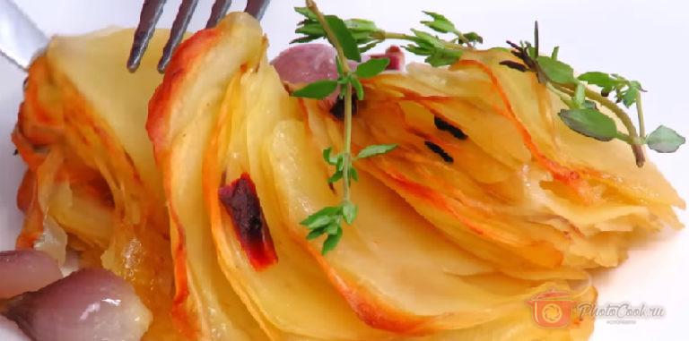 На готовый горячий картофель выложите сверху ещё пару веточек тимьяна.…