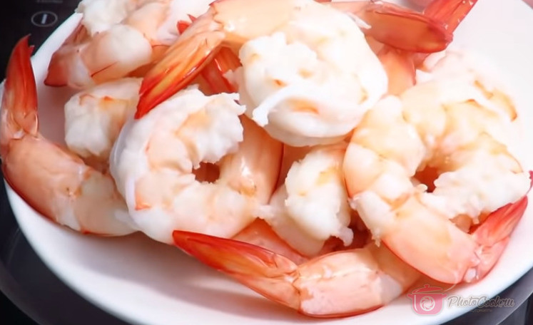 Креветки выложить на блюдо и дать им остыть.