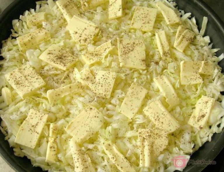Выложите капусту на смазанную маслом форму. Сверху, на капусту, положить…