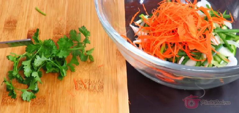 Приготовим салат: Огурцы нарезать тонкой соломкой. Репчатый лук тоже нарезать…