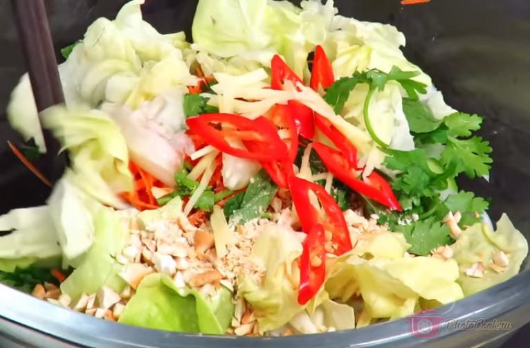 Отобрать самые красивые листики салата (или пекинской капусты) и выложить…
