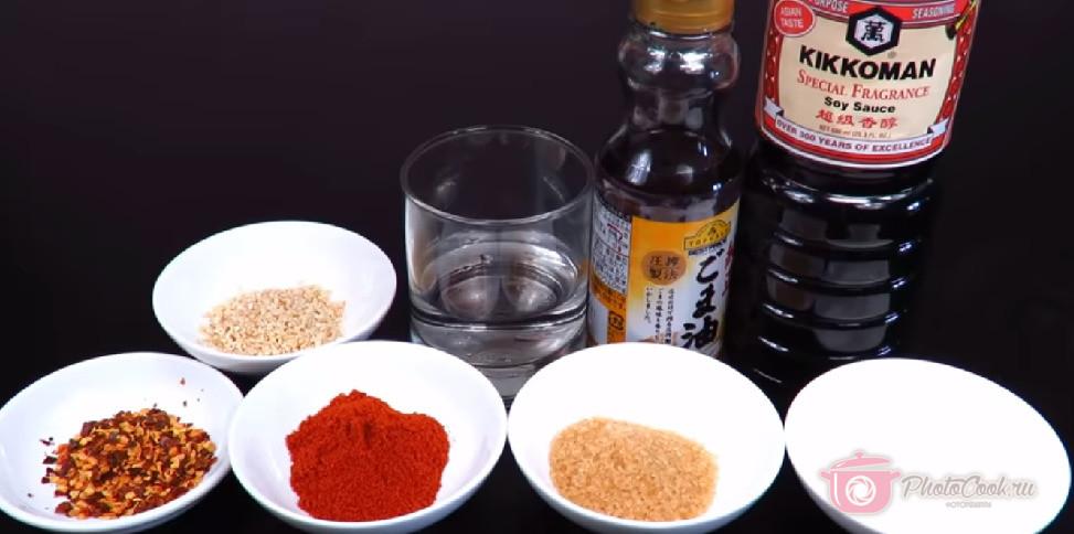 Подготавливаем специи: Соевый соус, кунжутное масло, соль, сахар, паприка, красный…