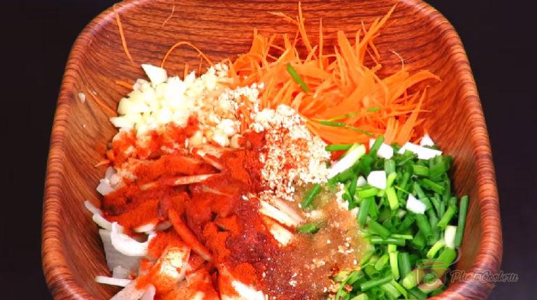 Готовим начинку: Натираем морковь на корейской тёрке (или нарезаем тонкой…