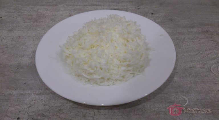 У яиц отделите белок от желтка и мелко натрите белок.