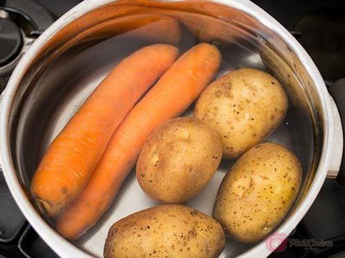 Картофель и морковь отварите в мундире, остудите, очистите и натрите…