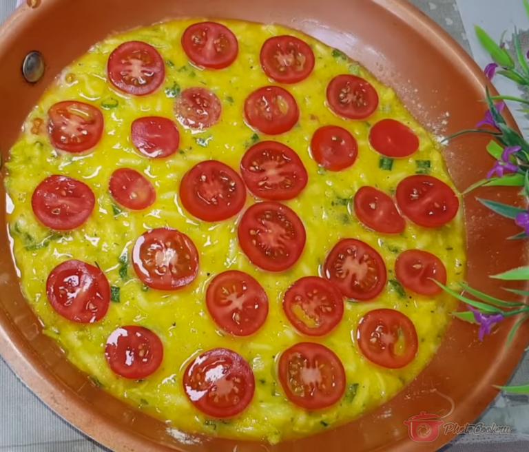 Распределить равномерным слоем тесто. Выкладываем тонко нарезанные помидоры. Начинка может…