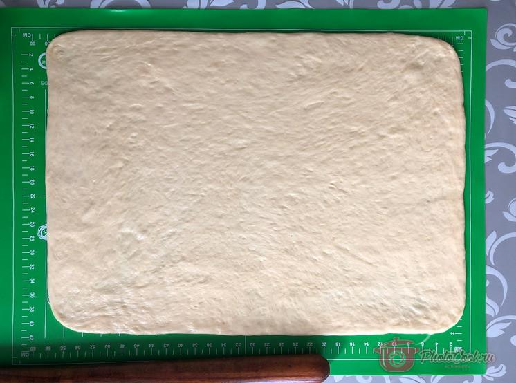 Силиконовый коврик смазать растительным маслом, выложить подошедшее тесто, слегка расправить…