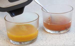 Горячей водой развести куркуму и томатную пасту.Выдавить сок из моркови.