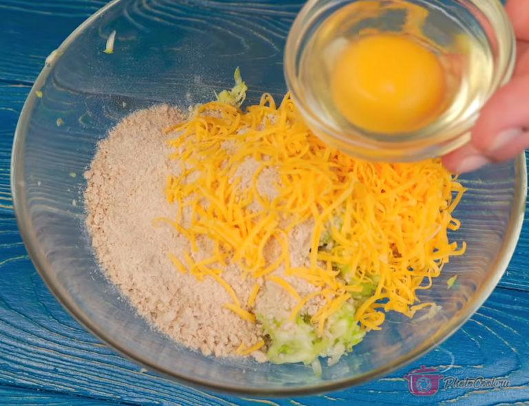К кабачкам добавить измельчённые хлебцы или панировочные сухари. Добавить измельчённый…