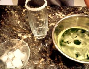 Используем сироп по мере необходимости.В стакан насыпаем кубики льда.Сироп добавляем…