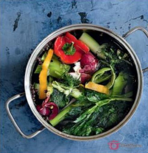 Откройте контейнер с замороженными остатками овощей и выложите его содержимое,…