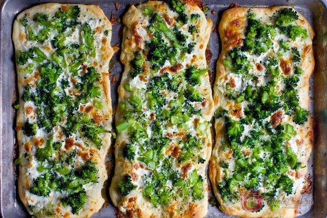 Посыпать пиццу натёртым на тёрке Проволоне и Моцареллой.Сверху посыпать смесью…