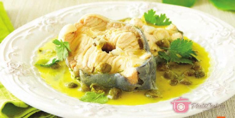 Подавайте осетрину с лимонным соусом, украсив зеленью петрушки.