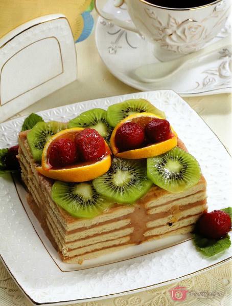 Верх торта смазать кремом, украсить кружочками киви и изюмом. Украсить…