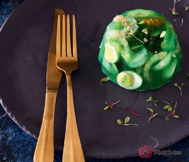 Выложите оставшийся салат с яйцами и залейте бульоном. Это нужно…