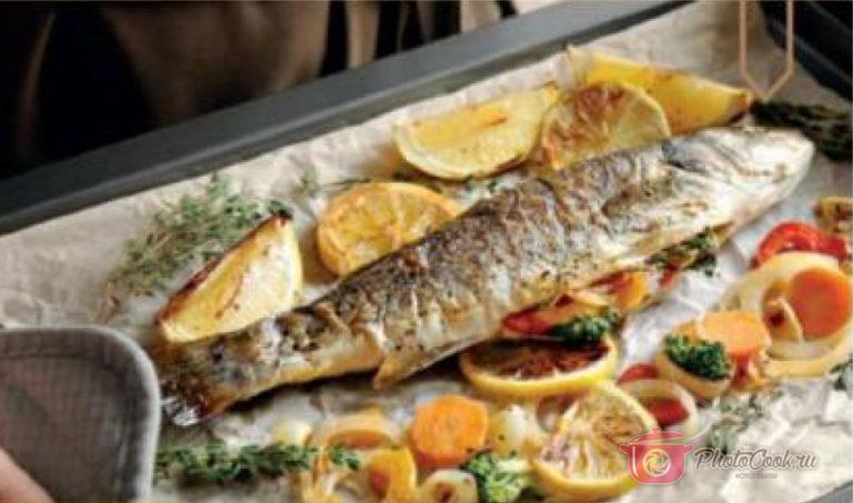 Сделайте по три надреза с каждой стороны рыбы и заполните…