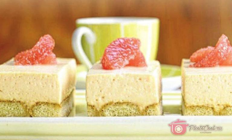 Разрежьте десерт на порции. Украсьте его дольками грейпфрута и подавайте.